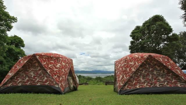 In campeggio tenda mountain e lake con Panorama di nuvole