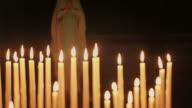 Kerzen in der Kirche und der Heiligen Jungfrau Maria
