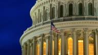 US Capitol Dome in der Abenddämmerung mit amerikanischer Flagge