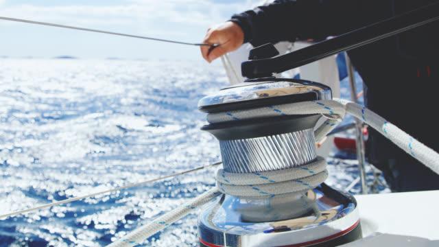 MS-Kapitän hinter einer Winde auf einem Boot zu sitzen