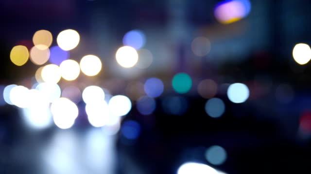 Auto über Stadt Unschärfe Hintergrund bei Nacht