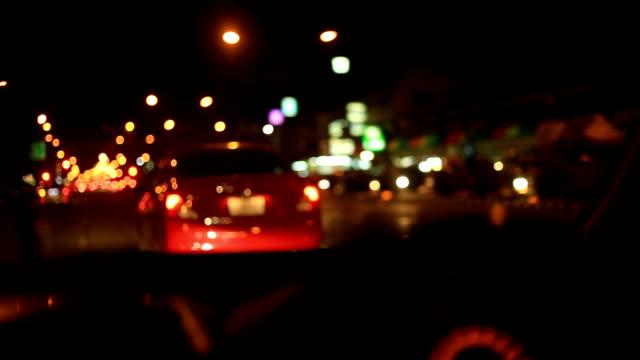 Autos und Motorräder fahren auf Straße in der Stadt bei Nacht