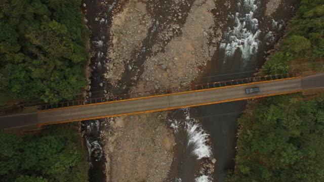 AERIAL bil passerar en bro över floden
