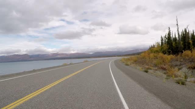 Auto fahren Sie auf der mountain road POV