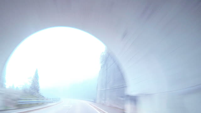 Auto fahren in einem tunnel auf mountain-pass