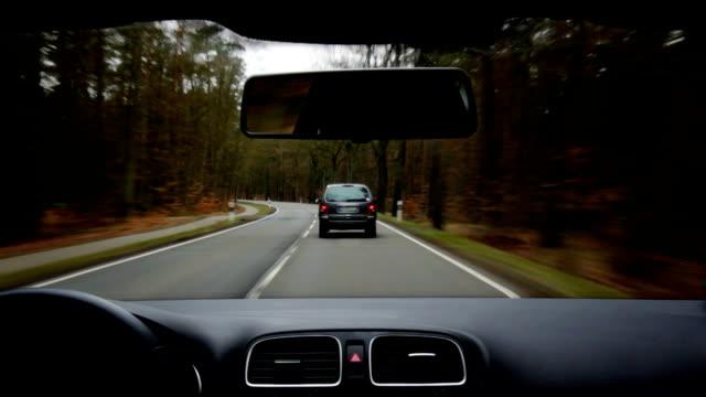 Auto guida su strada di campagna