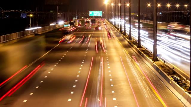 Wagen fahren auf der Autobahn bei Sonnenuntergang, Zeitraffer