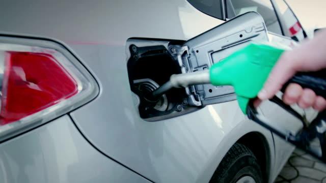 Auto gevuld met brandstof bij tankstation