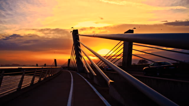 SLO MO Auto auf der Brücke in der Abenddämmerung