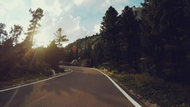 Bil ombord kamera på en rocky mountain pass