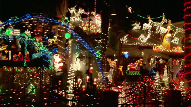 Car point of view past houses decorated with christmas for Lumiere noel exterieur