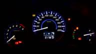 Auto Contachilometri e Indicatore del carburante sul dashboard di notte
