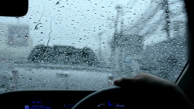 Auto-Windschutzscheibe in Regen und traffic jam in