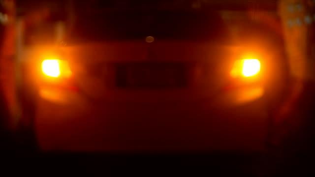 Auto mit blinkenden Lichtern in der Nacht Gefahr
