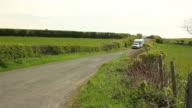 Caravan trailer viaggio in cavi attraverso la campagna