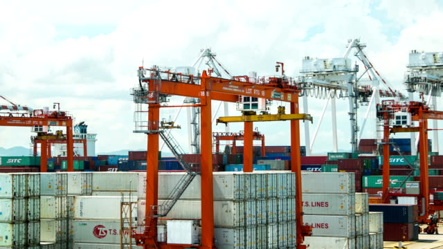 Cargo container shipping with low angle