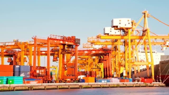 Cargo Schiff Beladen waren in der Hafenstadt Zeitraffer