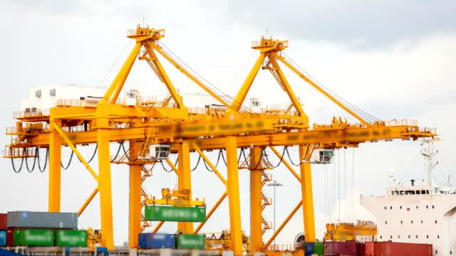 Cargo Schiff Beladen waren Behälter in der Hafenstadt Zeitraffer