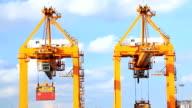 Cargo Schiff Beladen waren container in der Hafenstadt