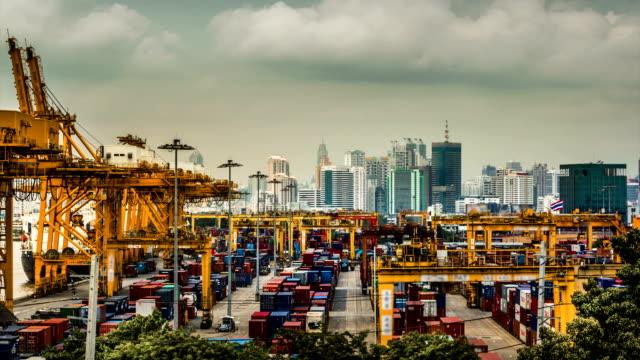 Cargo Schiff Beladen Hafen in die große Stadt, Zeitraffer