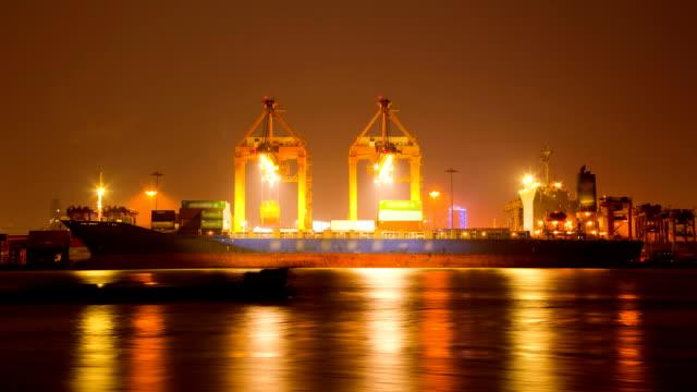 Cargo-Terminal bei Nacht vor raining Zeitraffer