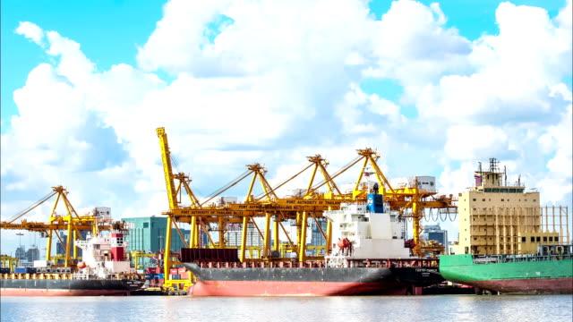 cargo Schiff mit der Behälter Kran auf die Werft.
