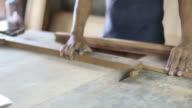 Carpentiere in laboratorio utilizzando visto macchina in lavoro in legno