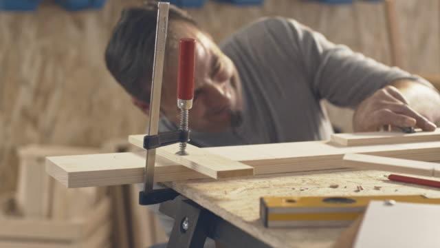 Tischler spannen Holzblöcke
