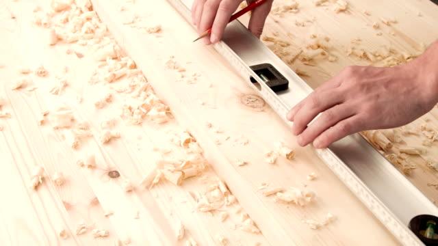 Carpentiere marcatura una tavola di legno
