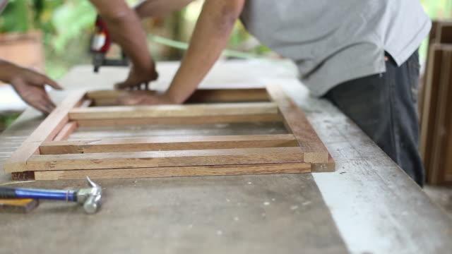 Carpenter verwendet eine Waffe auf Holzarbeiten