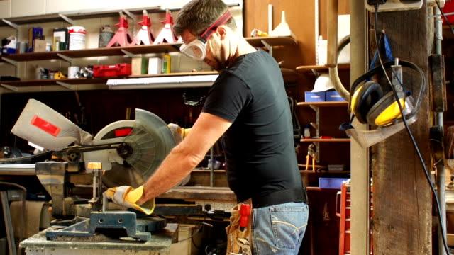 Carpenter mit einer Elektrosäge in der Werkstatt
