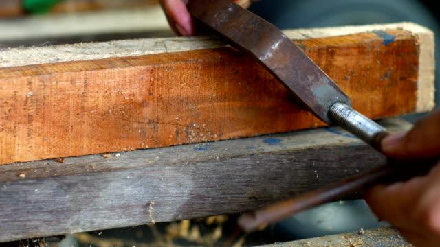 Tischler mit Schelle auf Stücke von Holz, close-up erschossen