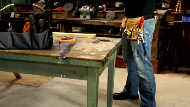 GRU HD: Carpentiere con Digital Tablet in laboratorio