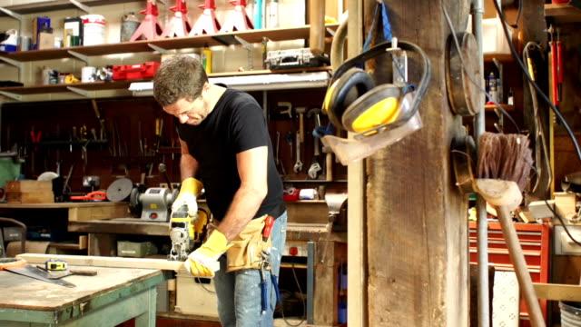 HD DOLLY: Carpenter/Workman mit einem Puzzle in Workshops