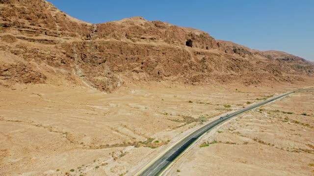 Autos fahren auf old highway in der Wüste
