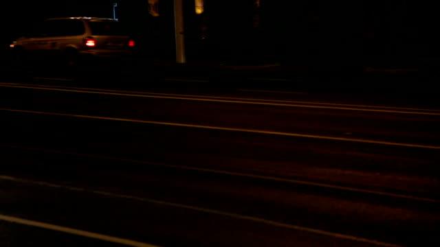 Auto's rijden in een stad straat 's nachts