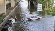Autos fahren auf die Überschwemmung road.