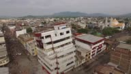 Casas y edificios destruidos postes de luz caidos en las calles y escombros esparcidos por el asfalto son parte del escenario en una de las ciudades...