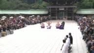 Casi desnudos dos grandes campeones del sumo en Japon desafiaron al frío este miercoles al representar un ritual de lucha en honor al Ano Nuevo...