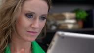 Kaukasischen Geschäftsfrau mit tablet an Arbeit