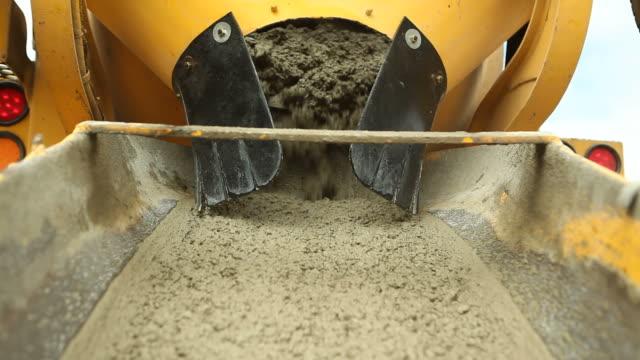 Betonmischmaschine einem LKW Entladen Beton auf Baustelle