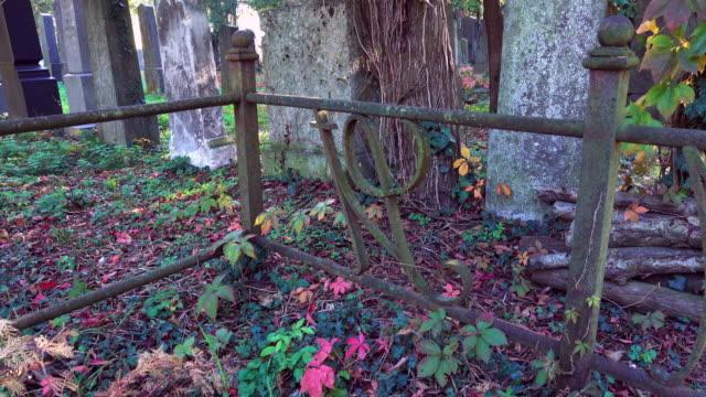 Kyrkogården i höst