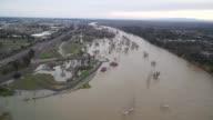 Cerca de 20000 personas evacuadas de las cercanias de la represa de Oroville en California pueden volver a sus casas el martes despues que las...