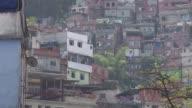 Cerca de mil soldados fueron movilizados el viernes para reforzar la seguridad alrededor de la mayor favela de Rio de Janeiro luego de cinco dias de...