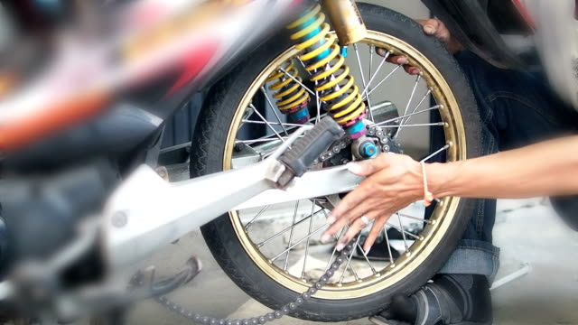 Change a motorcycle tires