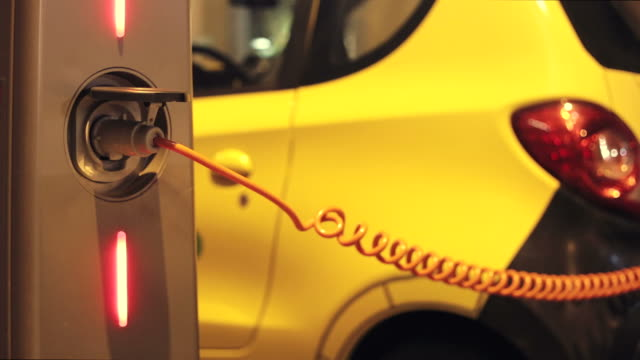 Opladen van een elektrische auto in de stad.
