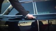 Chauffeur apre Sportello d'auto