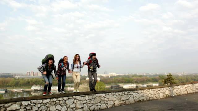 HD: Freudig Wanderer springen von der Wand.