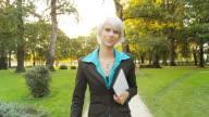 HD-ZEITLUPE: Freudig Geschäftsfrau mit Tablet PC