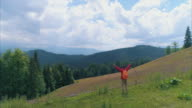 Vrolijke man wandelaar bereikte de top van de berg